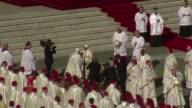 El papa Francisco beatifico este domingo a Pablo VI un acto de clausura del sinodo en el que logro que la Iglesia abra los debates sobre temas tabu...