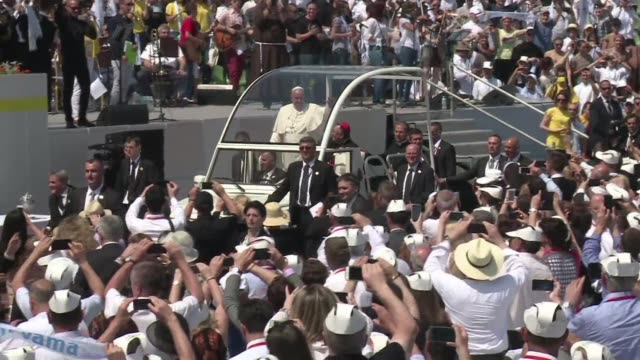 El papa Francisco denuncio el clima de guerra reinante en el mundo en una misa oficiada este sabado en Sarajevo durante una visita centrada en...