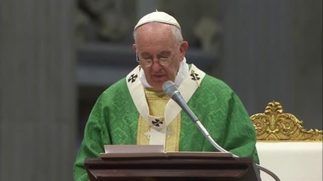 El papa Francisco reitero que la familia se compone de un hombre y una mujer al abrir este domingo el sinodo de obispos