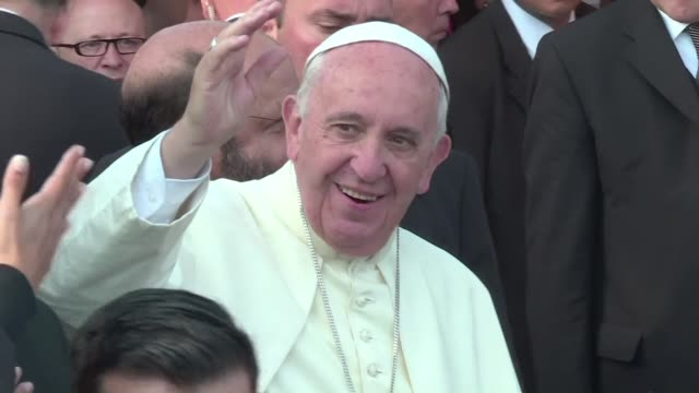 El papa Francisco visito este domingo uno de los barrios mas precarios en Paraguay antes de oficiar una misa campal a horas de concluir su gira...
