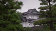 El parlamento japones aprobo el viernes una ley que permite al emperador Akihito abandonar el trono lo que allana el camino para la primera...