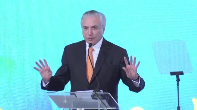 El presidente de Brasil Michel Temer anuncio el jueves un plan para terminar miles de obras detenidas por la crisis mientras batalla para rescatar...