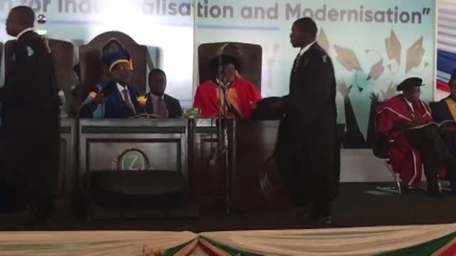 El presidente de Zimbabue Robert Mugabe hizo el viernes su primera aparicion publica tras el golpe militar de esta semana al participar de un acto de...
