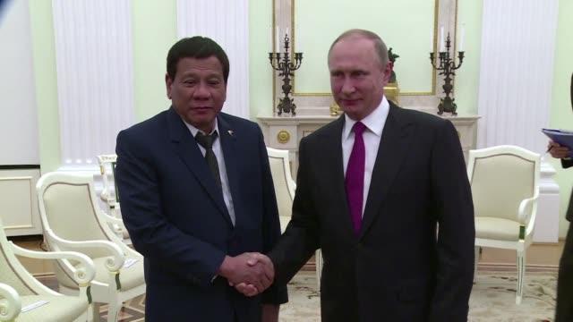 El presidente ruso Vladimir Putin recibio el martes a su contraparte de Filipinas Rodrigo Duterte quien tuvo que interrumpir su visita oficial debido...