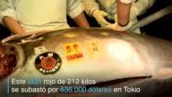 El primer atun rojo de la temporada 2017 de 212 kilos se subasto el jueves en el famoso mercado de pescado de Tsukiji de Tokio por 636000 dolares