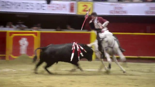 El rejoneador espanol Pablo Hermoso de Mendoza mato dos toros el sabado en la Plaza La Macarena de Medellin donde fue ovacionado por sus fanáticos...