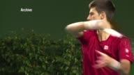 El serbio Novak Djokovic numero uno mundial gano este domingo el Masters de Londres por una lesion en la espalda que impidio a su rival Roger Federer...