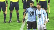 El uruguayo Luis Suarez y el argentino Lionel Messi posaron juntos antes del choque Uruguay Argentina en el estadio Centenario de Montevideo para...
