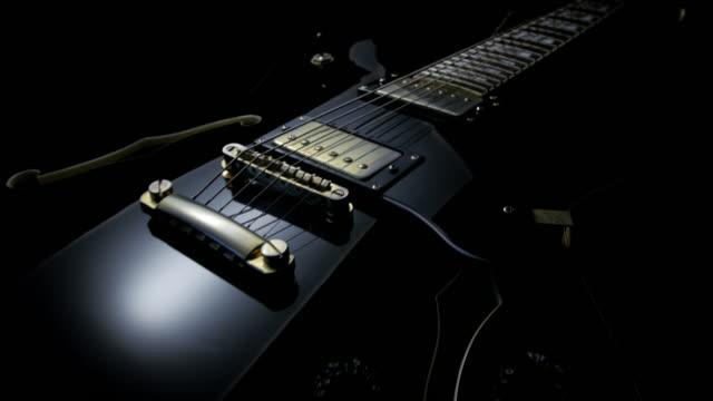 Elektrische gitaar op zwarte achtergrond. Tracking Shot