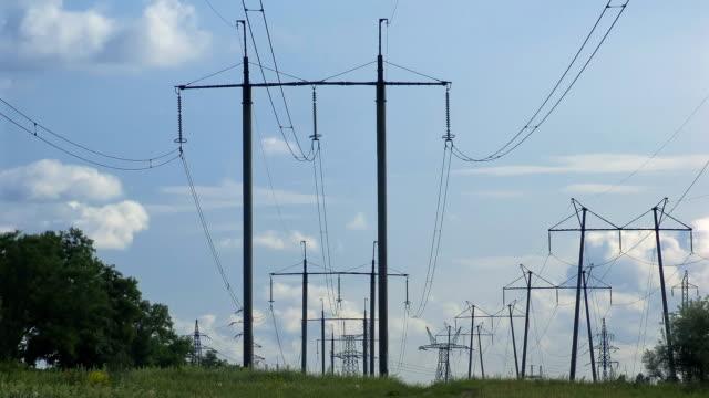 Strommasten mit Wolken über