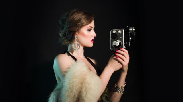 Eleganten Frau mit alten Filmkamera