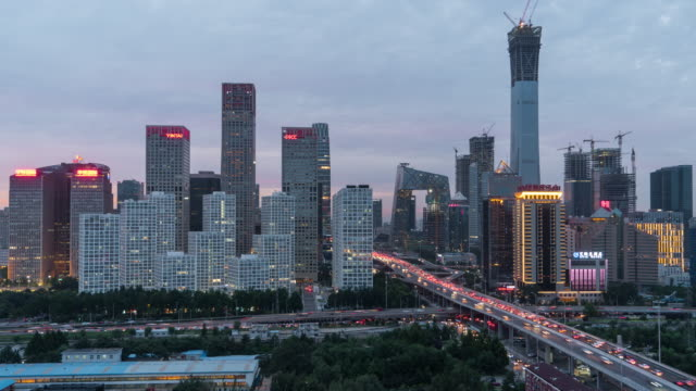 T/L TU förhöjda utsikt över Beijing Skyline, skymning till natt