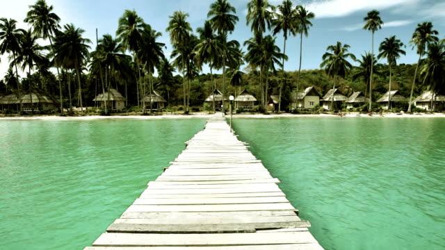 Leere Strand und Anlegestelle