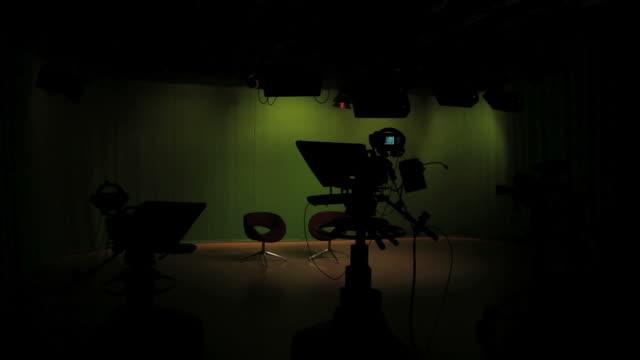Leere studio mit Lichtern der Wechsel auf Fernseher