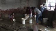 En la comunidad improvisada de El Indio las familias peruanas estan forzadas a vivir en sus inundadas casas debido a las fuertes lluvias que han...