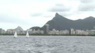 En la primera prueba de la bahia de Guanabara donde se celebraran las pruebas de vela y windsurf de los Juegos Olimpicos de Rio 2016 los deportistas...