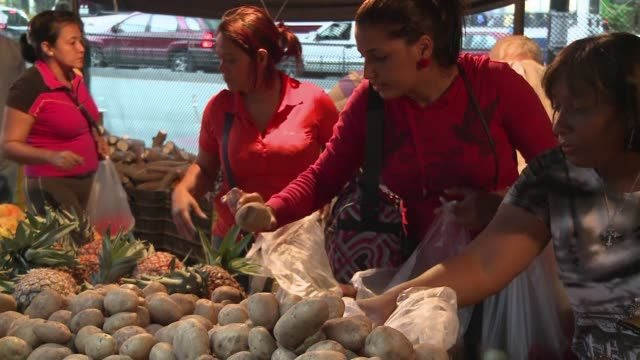 En las colas de los mercados los venezolanos suelen perder su buen humor al constatar los altos precios de los alimentos en medio de una inflacion...