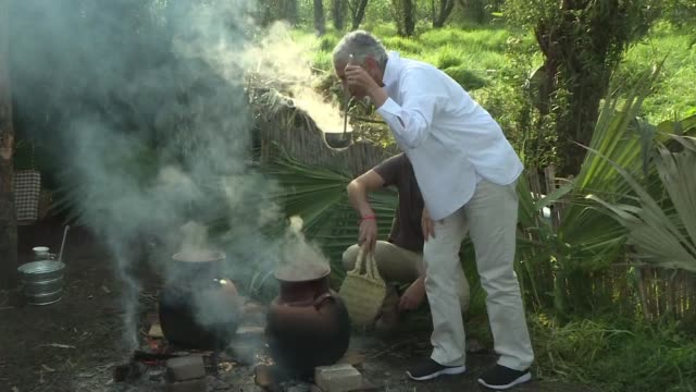 En medio de lechugas y nopales un grupo de reconocidos chefs internacionales se reunio al sur de Ciudad de Mexico desde donde llamo a preservar la...