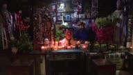 En un panteon en Sinaloa Mexico los narcotraficantes se hacen tumbas de lujo con aire acondicionado y vidrios blindados
