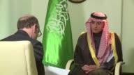 En una entrevista exclusiva con la AFP el canciller saudi Adel al Jubeir anuncio que su pais no esta dispuesto a reducir su produccion petrolera y...