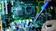 Ingegnere soldering Scheda a circuito computer.