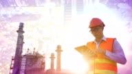 Ingenieur mit tablet im industriellen Öl und gas plant.