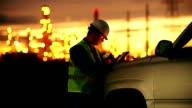 Ingenieur mit tablet im industriellen Öl und gas-plant