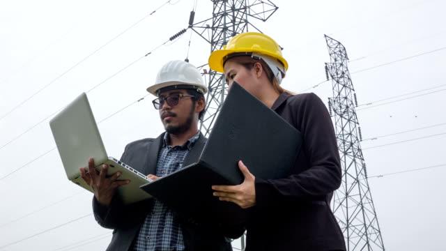 HD kraan: Engineering en team discussie onder elektrische toren