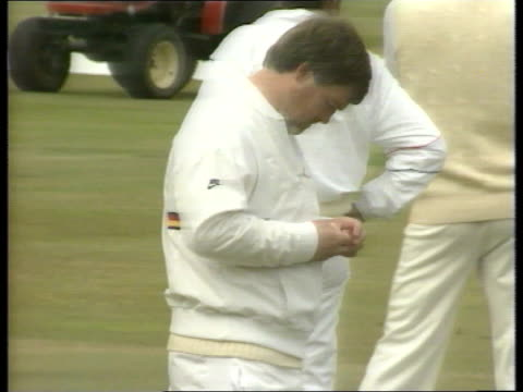 1st Test Day 1 a ENGLAND Leeds Headlingley TMS Mike Gatting looking at fractured thumb and feels it MS Kim Barnett Robin Smith jog LR to BV TMS David...