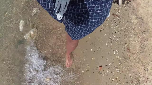 Genieten van de zee / oceaan. Focus ligt op de voeten.