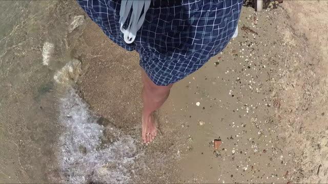 Genießen Sie das Meer / Ozean. Schwerpunkt liegt auf den Füßen.
