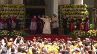 Enthusiastic crowd, pope benedict XVI