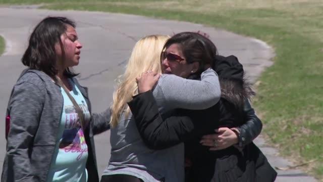 Entre llantos y abrazos un centenar de familiares recibieron el jueves la noticia sobre un sonido compatible con una explosion en el area del...
