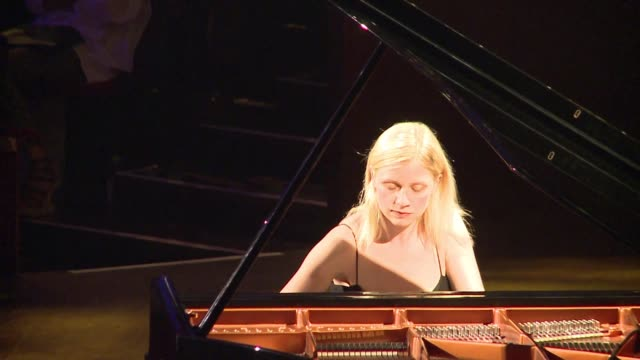 Entre los millones de videos amateur que pululan en YouTube a veces nace una estrella VOICED Pianista alcanza fama en YouTube on June 20 2012 in...