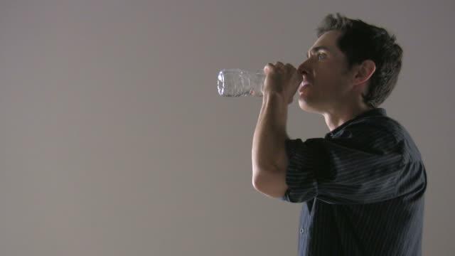 (HD 1080) ambiente: Acqua andati male, uomo si sparge fuori