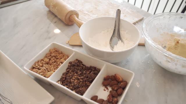 Utrustning och ingredienser av göra desserter i köket.