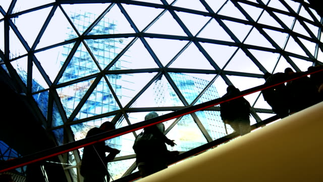 Scala mobile nel moderno centro commerciale (4 k Ultra HD/HD)
