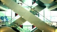Im Einkaufszentrum Rolltreppen