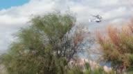Este video grabado por un aficionado muestra el momento en que dos helicopteros chocaron el martes en el norte de Argentina en el que murieron diez...