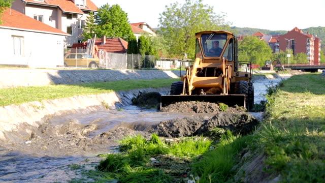 Grävmaskin som arbetar i en flod