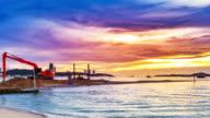 Graafmachine werken terwijl de zonsondergang op het strand.