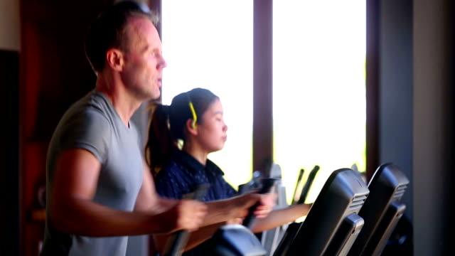 Excercising Health Club palestra Fitness donna Thai caucasico maschio