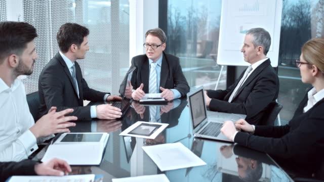 DS Direttore esecutivo di organizzare una riunione di lavoro con il team