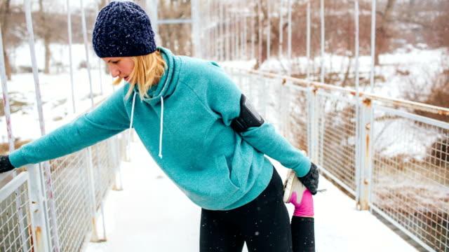 Esercizio su una neve inverno giorno