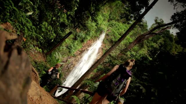 Entdecken Sie Thailand weibliche Wanderer am Wasserfall