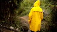 Erforschen die Natur an regnerischen Tag