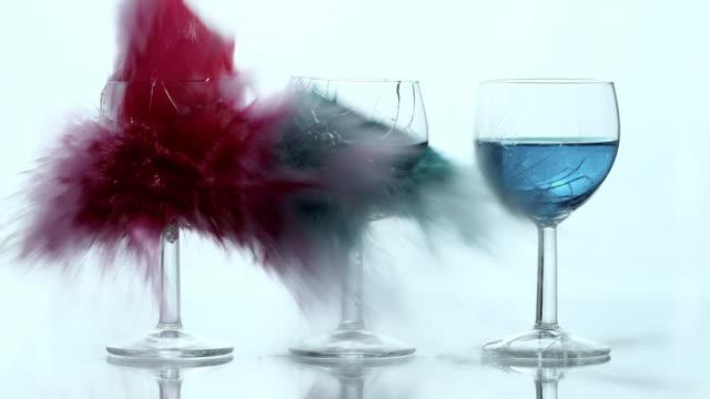 SLO-MO explosie van wijnglazen gevuld met gekleurde vloeistof