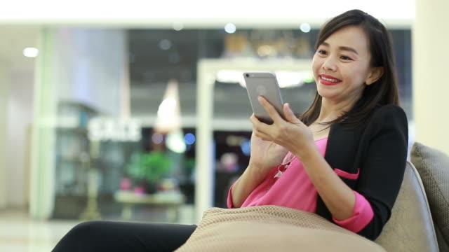 Gesichtsausdruck durch asiatische Geschäftsfrau