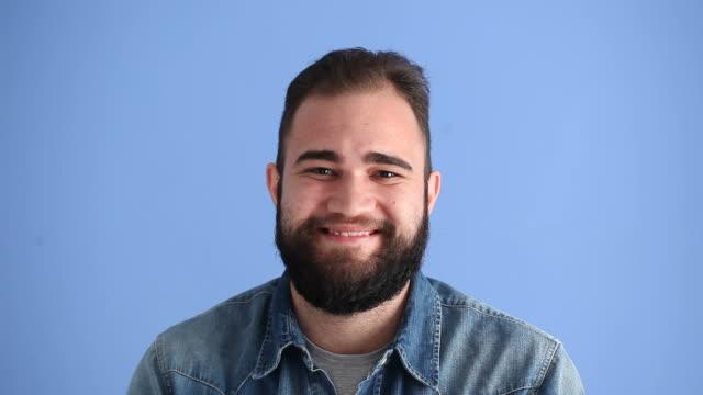 Gesichtsausdruck von lächelnd Erwachsenen Mann auf blauem Hintergrund
