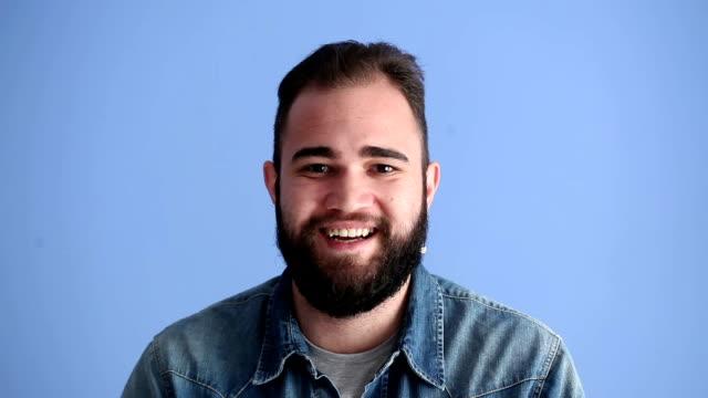 Gesichtsausdrücke Kollektion von Erwachsenen Mann auf blauem Hintergrund